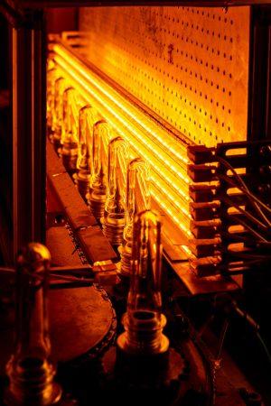 Gruppo lampade ad infrarossi in una sezione forno di una macchina di stiro soffiaggio